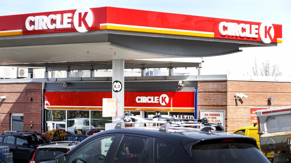 <p><b>DYRERE BENSIN:</b> Orkanen Harvey stengte ned en rekke raffinerier langs Mexicogolfen, og nå stiger innkjøpsprisene både i USA og Europa. Derfor setter også Circle K opp prisene her hjemme fra fredag. Dette er en Circle K-stasjon på Tunga i Trondheim.</p>