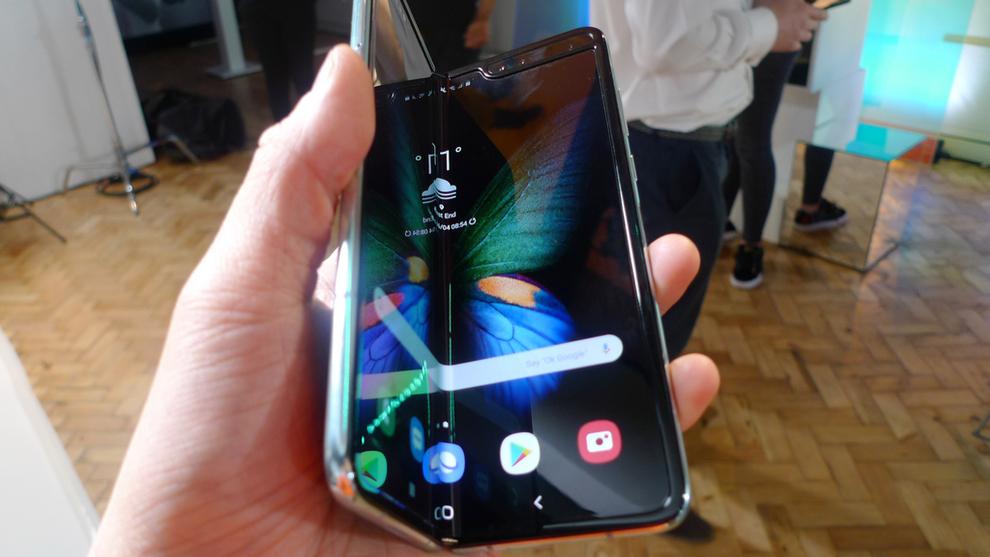 <p><b>INNOVASJON</b>: Den brettbare telefonen kommer med en todelt skjerm på innsiden, men også med et mindre display på utsiden.</p>