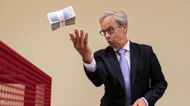<p><b>VENTES Å HEVE:</b> Torsdag vil trolig Norge Bank heve styringsrenten for første gang siden 2011. Her kaster sentralbanksjef Øystein Olsen en bunke gamle 200-kronesedler i kvernen.</p>