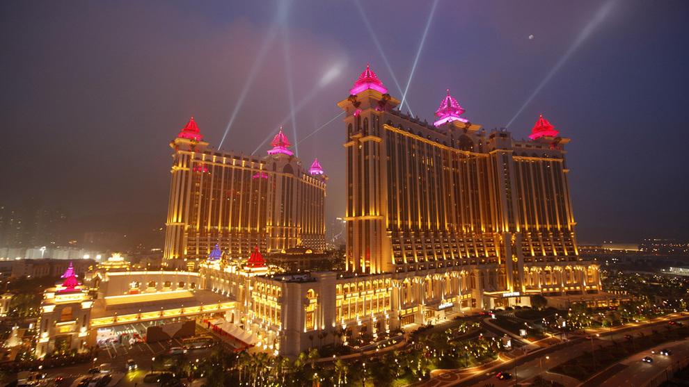 <p><b>2,3 MILLIARDER KRONER:</b> Det er beløpet Oljefondet ved årsstart har investert i Galaxy Entertainment Group, som har slått seg opp stort i Macao med gigantkasinoet Galaxy Macau. E24 presiserer at vi ikke kjenner til mafiaanklager mot dette kasinoet.</p>