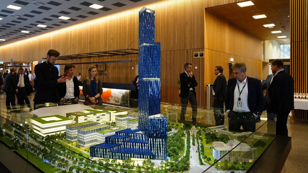 """<p><b>ØNSKET I TRONDHEIM:</b> Modell av skyskraperen """"Det store Blå"""" som Kjell Inge Røkke ville bygge på Fornebu i forbindelse med World Ocean Headquarters (WOH), et verdensledende havsenter på Fornebu. Nå som planene er stanset, hiver flere byer seg på.</p>"""