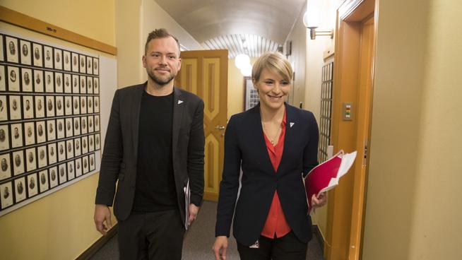 <p><b>SLÅR TILBAKE:</b> SVs finanspolitiske talsperson Kari Elisabeth Kaski, her avbildet med SV-leder Audun Lysbakken.</p>