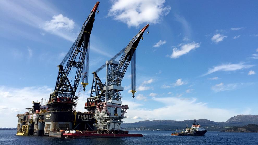 <p><b>JEKKER OPP:</b>Norges Bank jekker opp forventningene til oljeinvesteringene i 2019 og svakt opp for 2020, men venter lavere investeringer enn tidligere anslått i 2021 og 2022. Dette er boreplattformen på Johan Sverdrup-feltet, som ble installert i 2017.</p>