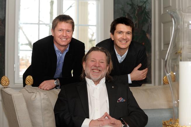 <p><b>DAGLIGVAREKONGER</b>: Reitan-familien fotografert for noen år siden. Pappa Odd (foran) med sønnene Ole Robert (til høyre) og Magnus stående bak.</p>