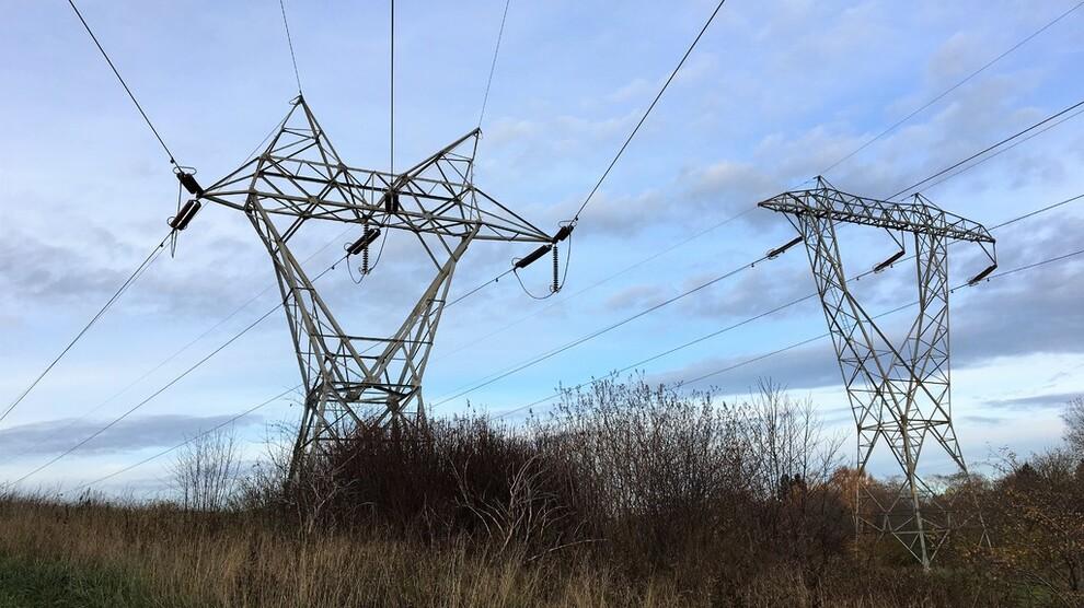 <p><b>FLERE STRØMTOPPER:</b>Strømprisene vil svinge mer, og det kan bli flere strømtopper men også flere perioder med lave priser, spår Statnett i en fersk analyse av strømmarkedet i Europa frem til 2040. Prisene i Sør-Norge vil trolig holde seg på rundt 40 øre kilowattimen frem til 2030, tror nettoperatøren.</p>