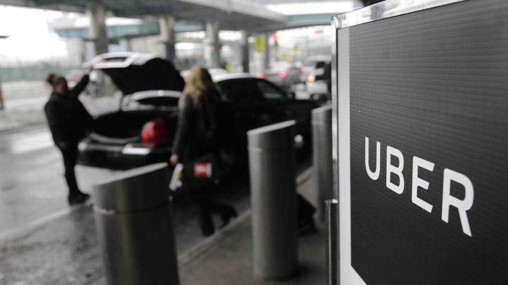 <p><b>FERSKE TALL:</b>Uber taper fortsatt penger, men inntektene stiger. Det viser ferske tall fra selskapet, som trolig sikter mot børsnotering. Dette bildet er fra et hentested for Uber på LaGuardia Airport i New York.</p>