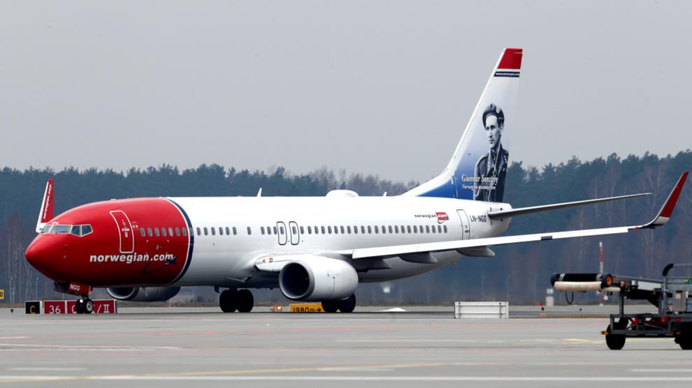 <p>Illustrasjonsbilde av en Boeing 737–800 tilhørende Norwegian på flyplassen i Riga.</p>
