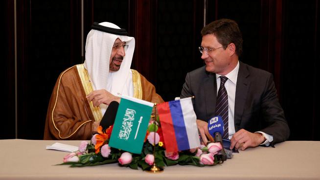 <p><b>VIKTIG ENIGHET:</b> Saudi-Arabias energiminister Khalid al-Falih (t.v.) og hans russiske kollega Alexander Novak annonserte sin enighet om fortsatte oljekutt i natt.</p>