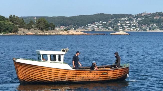 <p><b>HER SEILER KONFIRMASJONSPENGENE:</b> Bendik K. Lian (15) kjøpte båt for en stor del av pengene han fikk til konfirmasjon. Det ga egen sommerjobb.</p>