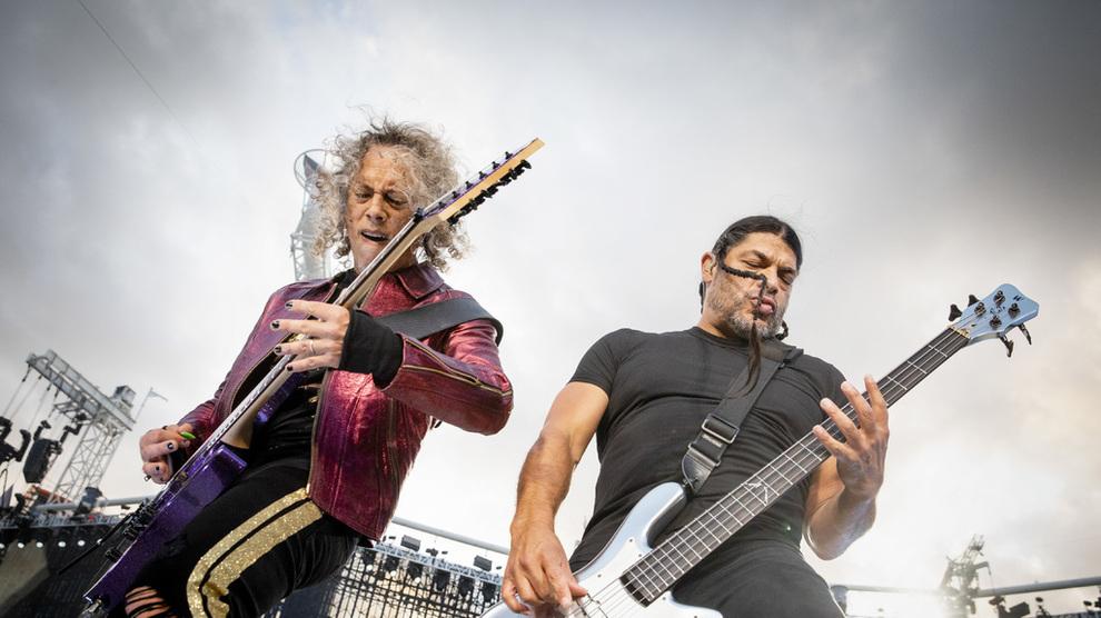 <p><b>BLIR BARNEBOKFORFATTERE</b>: Kirk Hammett og Robert Trujillo under Metallicas konsert på Ullevi i Göteborg.</p>