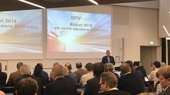 <p><b>UTSLIPPSFOKUS</b>: Øyvind Solberg Thorsen legger frem tallene for bilsalget i 2018 onsdag.</p>