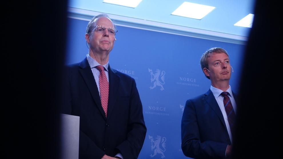 <p><b>NY RAPPORT:</b>Norge bør øke olje- og gassproduksjonen og bidra til Europas energisikkerhet, men bør også forberede seg på lavere olje- og gassinntekter i fremtiden, sier Det internasjonale energibyrået (IEA) i en fersk rapport. Her presenteres rapporten i Oslo av nestleder Paul Simons i IEA og olje- og energiminister Terje Søviknes.</p>