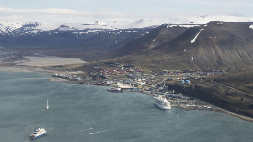 <p><b>VIL LAGE TESTSAMFUNN:</b> En gruppering av selskaper vil gjøre Svalbard til et energilaboratorium. Bilde av Longyearbyen fra fly.</p>