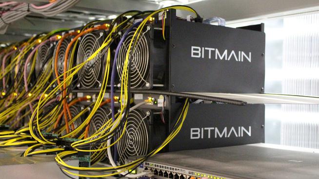 <p>Antminer er hovedproduktet til kinesiske Bitmain, en kraftig maskin designet for å utvinne bitcoin og annen kryptovaluta.</p>