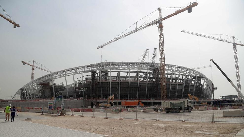 <p><b>UDEMOKRATISK:</b> Emiratet og sjeikedømmet Qatar er kritisert for blant annet terrortilkytning, udemokratisk styresett og homofilistraff. Nå har Kongsberg Gruppen inngått avtale med landet. Bildet viser byggingen av Al-Wakrah fotballstadion, som skal brukes under fotball-VM i 2022. Qatar har fått mye kritikk for slavelignende behandling av gjestearbeiderne som bygger infrastrukturen i forkant av mesterskapet.</p>