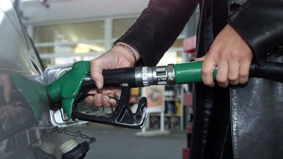 <p><b>PRISENE OPP:</b> Både bensin og diesel har blitt dyrere det siste året. Det viser tall fra Statistisk sentralbyrå. Salget av bensin og diesel går også ned.</p>