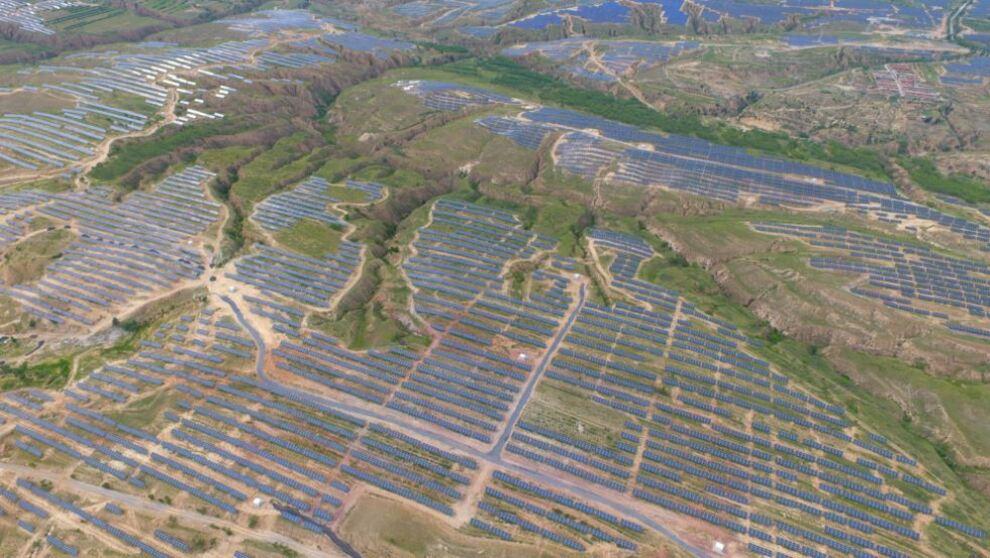 <p><b>STORE PLANER:</b> Saudi-Arabia og japanske Softbank vil bygge ut opptil 200.000 megawatt saudisk solkraft, og bidra til å skape nye ben i landets oljetunge næringsliv. Bildet viser en av verdens største solparker, kinesiske Panda Green Energys Datong-prosjekt på 1000 megawatt.</p>