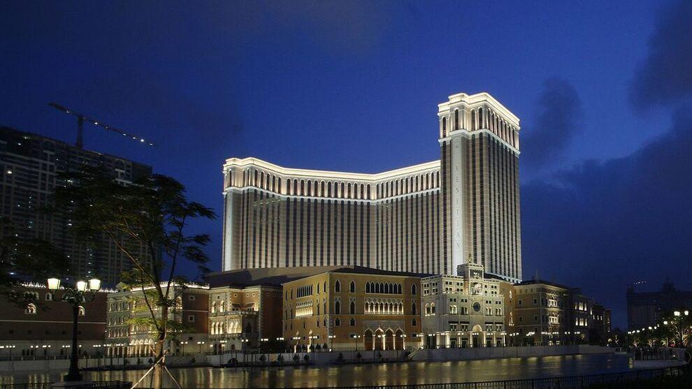 <p><b>KASINODEBUT:</b> Med åpningen av verdens største kasino, The Venetian Macao, fikk Las Vegas Sands en brakdebut i Macao i 2007. Ti år etter måtte Oljefondets største kasinoinvestering betale seg ut av korrupsjonsanklager.</p>
