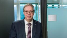 <p>I MØTE: Statssekretær Thor Kleppen Sættem sier at han skal ta problemet med pirattaxivirksomhet opp med andre aktuelle departementer.</p>