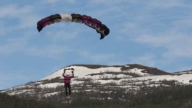 <p><b>I LUFTIG SVEV:</b> Å hoppe i fallskjerm har også gjort henne mer fryktløs i arbeidslivet.</p>