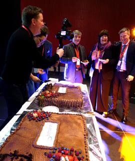 DEN SISTE KAKEBITEN: De fikk skjære det første stykket, men for siste gang besøker oljedirektør Bente Nyland (midten) og ordfører Alf E. Jakobsen (t.v.) Barentshavkonferansen på sine nåværende poster. Petro Arctic-leder Kjell Giæver (t.h.) spanderte kaka.