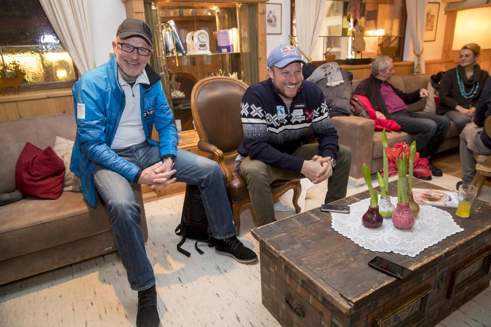 <p><b>MILLIONÅR:</b> Bjørn Olaf Svindal (69) og Aksel Lund Svindal (36) kan smile bredt etter et profitabelt år for investeringsselskapet de eier sammen, til tross for et bratt resultatfall. Her fra hotellobbyen i Kitzbühel januar 2018.</p>
