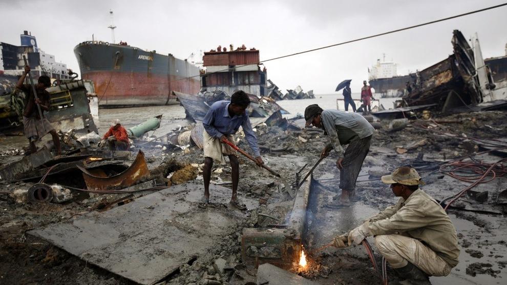 <p><b>FARLIG:</b> Strandhugging er svært omstridt grunnet store risikoer for dødsfall og skader, og fordi det fører til enorme miljøskader. Antallet ulykker i Chittagong, et strandbelte på omtrent 20 kilometer i Bangladesh, er antatt å være det høyeste i regionen.</p>