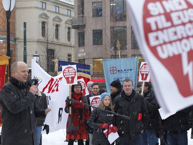 <p><b>SIER NEI:</b> Sps leder Trygve Slagsvold Vedum og SVs Kirsti Bergstø var til stede på en demonstrasjon mot EUs energiunion tirsdag.</p>