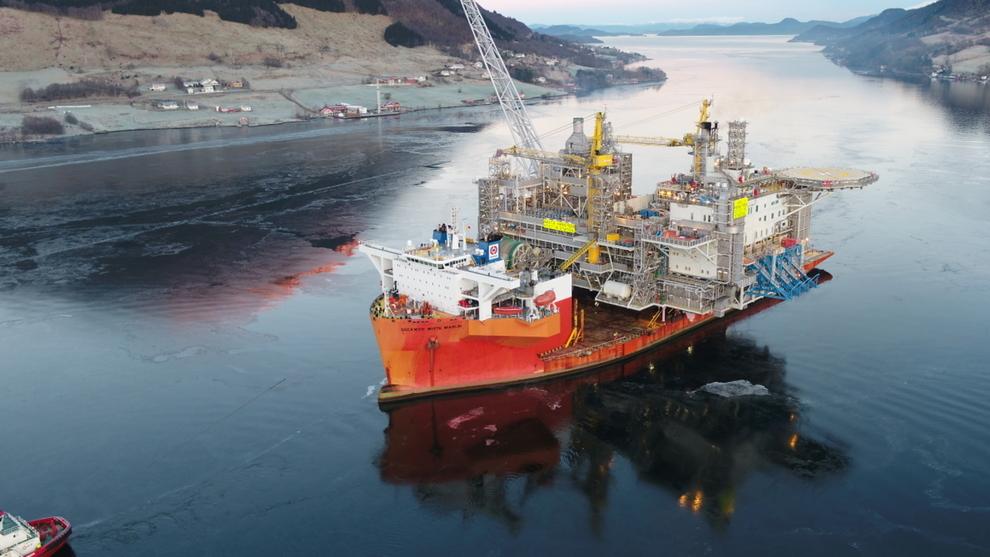<p>Spesialskipet Dockwise White Merlin ankom torsdag formiddag Ølensvåg etter å ha fraktet det 24.000 tonn tunge plattformdekket til Aasta Hansteen fra Hyundai-verftet i Sør-Korea.</p>