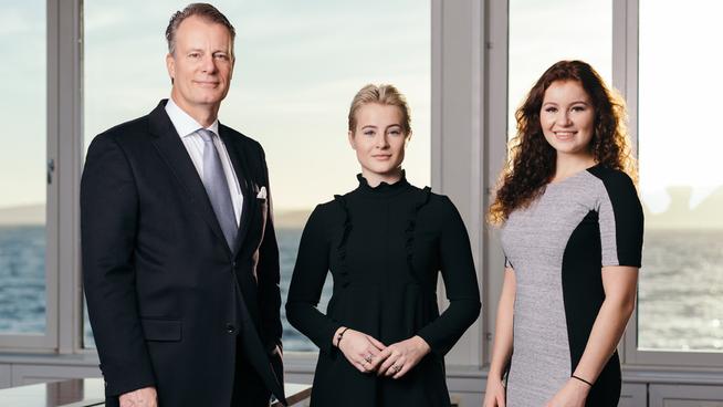 <p><b>MILLIARDER I ARV:</b> Døtrene til Ferd-gründer og tobakksarving Johan Andresen (til venstre), Katharina (midten) og Alexandra Andresen (til høyre).</p>