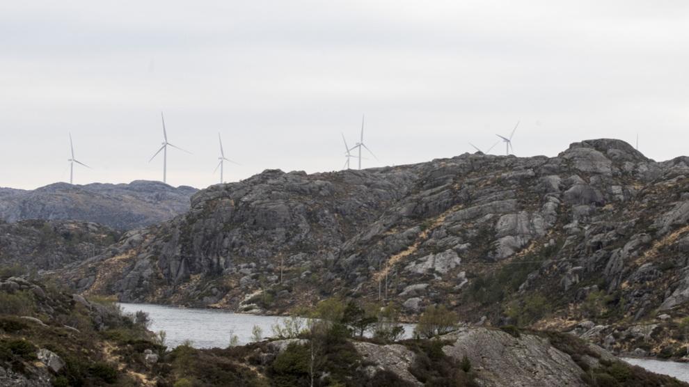 <p><b>OMSTRIDTE TURBINER:</b> Vindkraft møter ofte stor lokal motstand. Å gå i dialog lokalt er viktig i slike prosjekt, mener advokatfirmaet Thommessen og kjempefondet Blackrock. Dette bildet er fra Eigersund kommune i Rogaland.</p>