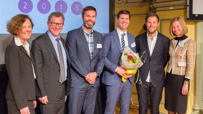 <p><b>FJORÅRETS VINNER:</b> Sjømateksportøren Lerøy Seafood Group fra Bergen vant Eskportprisen i 2015. Her er selskapets representert ved Knut H. Lerøy (t.v.) og Henning Beltestad (t.h.), avbildet med juryen og prisutdeler Thor Hushovd (t.h. for Beltestad). I år er det Kari Traa som deler ut prisen.<br/></p>