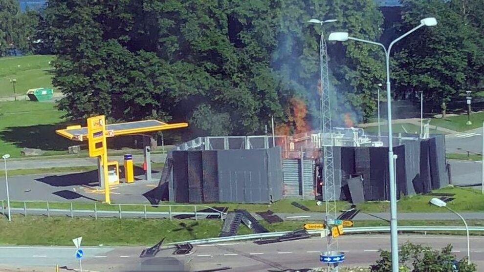 <p><b>EKSPLOSJON</b>: Det begynte å brenne ved hydrogenstasjonen i Sandvika etter en eksplosjon i mandag ettermiddag.</p>