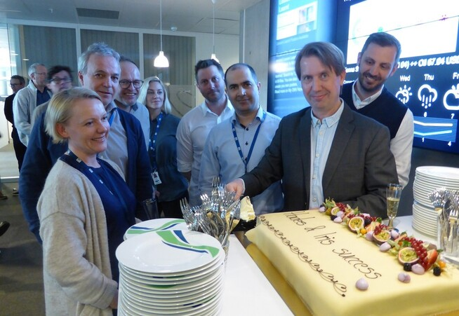 <p><b>FEIRER FUNN:</b> Daglig leder Knut Mauseth i OMV Norge spiser kake sammen med de ansatte for å feire gass- og kondensatfunnene i prospektene Hades og Iris i Norskehavet. – Dette er en gledens dag for oss i OMV. Denne brønnen har vi jobbet med i flere år, og i dag så feirer vi et strålende resultat, sier Mauseth.</p>