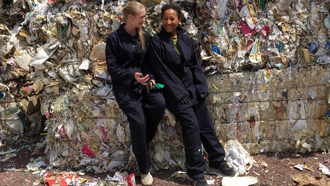 <p><b>RESIRKULERING</b>: Marie Nielsen (t.v.) er gründer og leder av papirresirkuleringsprosjektet Penda i Etiopia. Her sammen med Alemtsehay Belihu Tsenbelo, som Marie har trukket frem som en stor grunn til at prosjektet går så bra. Nielsen ble årets ledertalent i 2017.</p>
