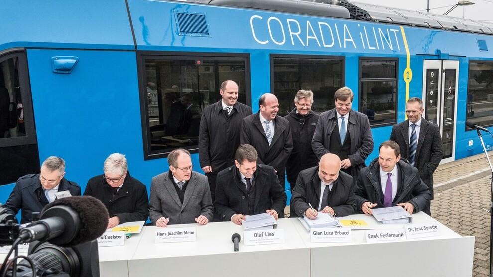 <p><b>ERSTATTER DIESEL:</b>Alstoms hydrogentog Coradia iLint skal ersatte dieseltog i tyske Niedersachsen. Her skriver ministre under kontrakter med Alstom og Linde om leveranse av hydrogentog og fyllestasjon.</p>