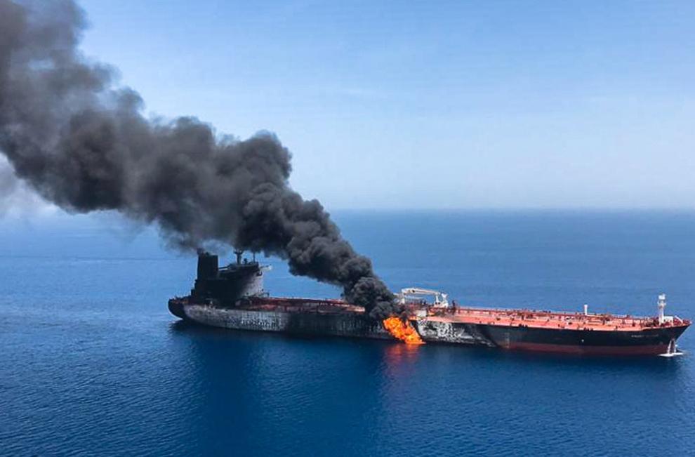 <p><b>ANGREPET:</b> «Front Altair», som er et av skipene som ble angrepet, stod torsdag i brann i Omanbukten.</p>