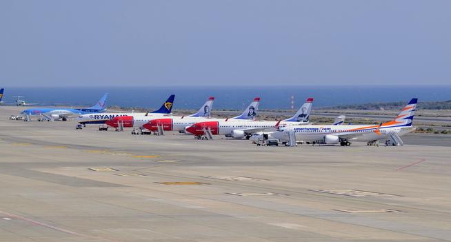 <p><b>PÅ BAKKEN:</b> Fem Boeing 737 Max 8 fly på bakken på Gran Canaria onsdag, deriblant et Norwegian-fly. Innimellom står en 737-800 fra Ryanair, som fortsatt kan fly.</p>