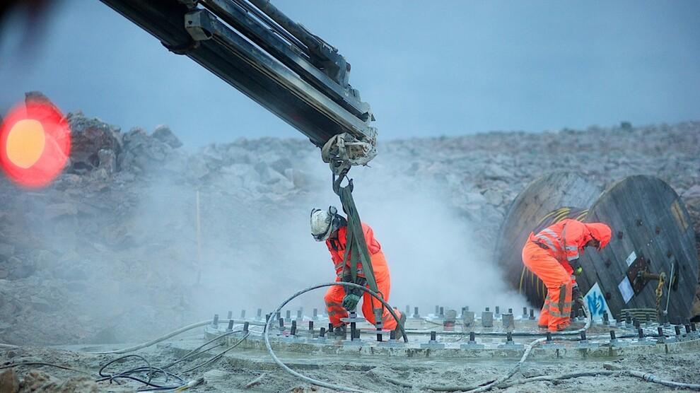 <p><b>FERSK RAPPORT:</b>En økt andel vindkraft vil bidrar til å dempe strømprisene, ifølge en rapport Thema har laget for vindbransjens organisasjon Norwea. Det viser at vindkraft bidrar til å opprettholde konkurransekraften i industrien, mener vindbransjen. Dette er et illustrasjonsbilde fra installasjonen av Raggovidda vindkraftverk i Finnmark.</p>