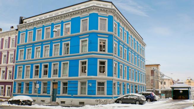 <p>FASADEN: Den 19 kvadratmeter store leiligheten ligger i andre etasje i denne bygården i Gamlebyen.</p>