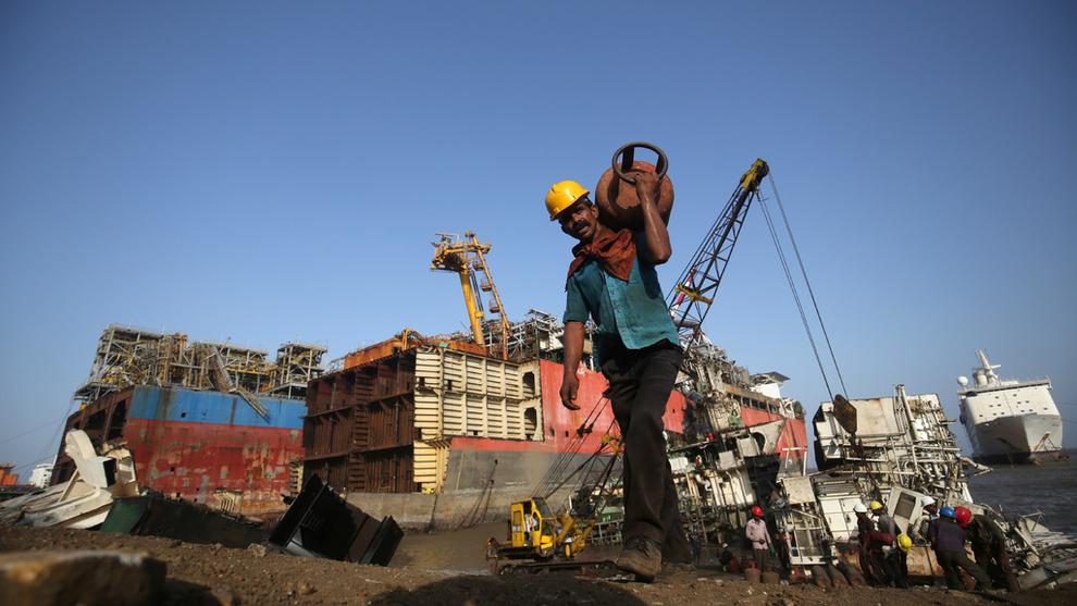 OMSTRIDT: Praksisen med å hugge opp skip på asiatiske strender har fått pepper for forurensningsfaren og risikoen arbeiderne utsettes for. Dette bildet fra Alang i India ble tatt i slutten av mai i 2018.