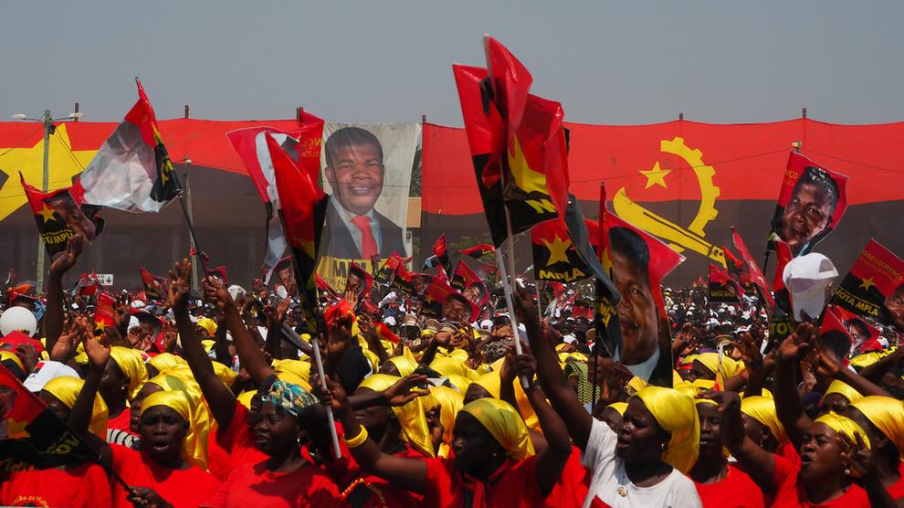 <p><b>BEDRE TIDER:</b> Tilhengere av nåværende president João Lourenço jubler under valgkampen i fjor sommer. Nå harLourenço brutt med den mektige Dos Santos-familien i et forsøk på å redde landet fra økonomisk ruin.</p>