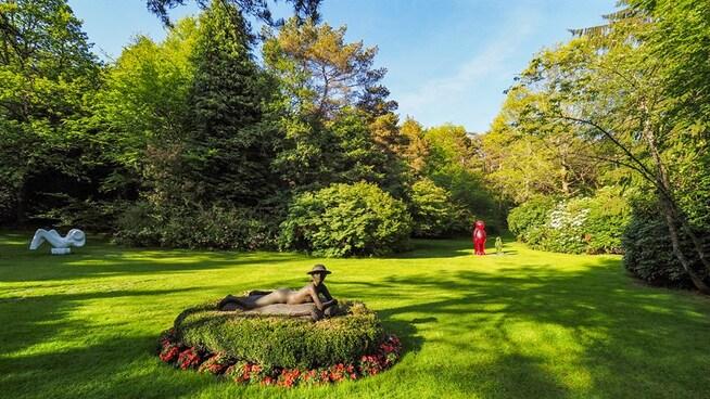 <p><b>THE RIEBER GARDEN:</b> Uteområdene er også dekorert med statuer og kunst.</p>