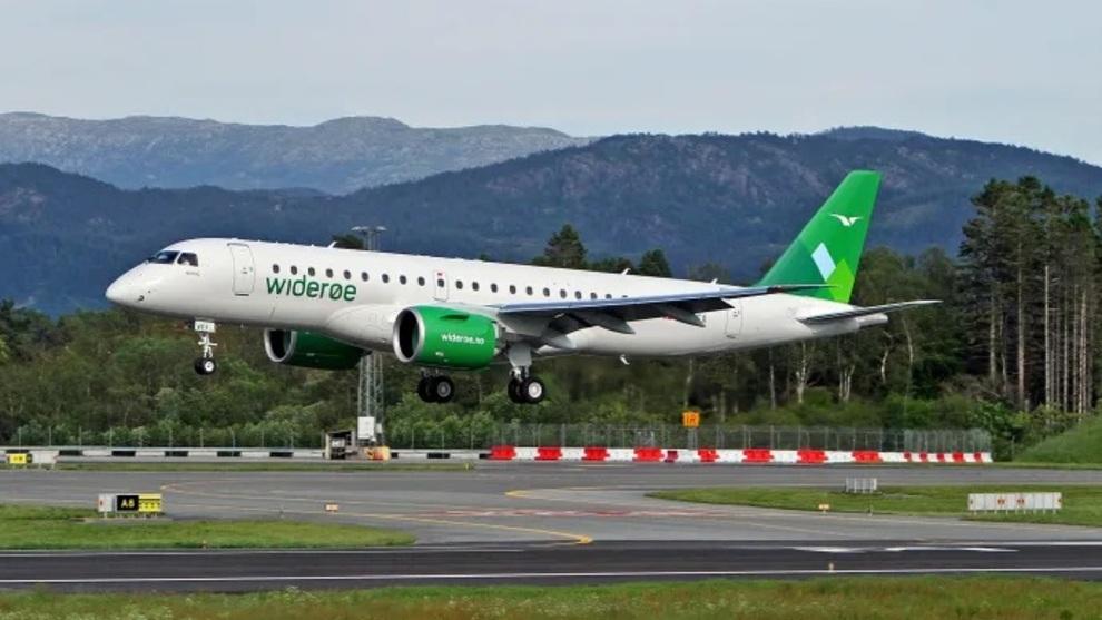<p>Widerøes fjerde Embraer E190-E2, med registrering LN-WEX, avbildet på vei inn for landing i Norge for første gang på Flesland i juni 2019</p>
