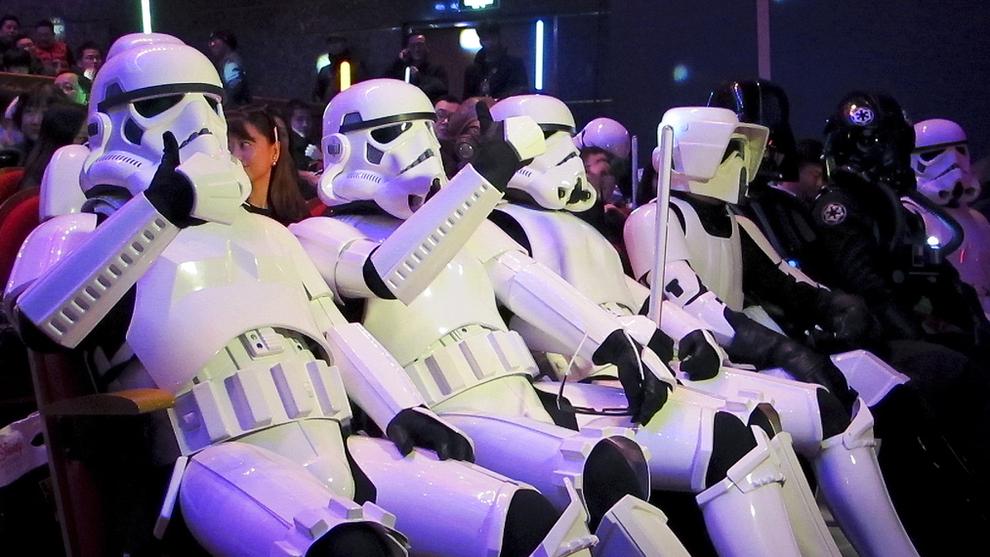 <p><b>SPRENGER REKORDER:</b> Søndag den 27. desember kom kinesiske fans kledd ut som Stormtroopers til førpremieren av den nye Star Wars filmen i Shanghai. Filmen har allerede passert 1 milliard i inntekter.</p>