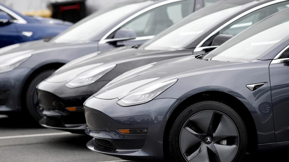 <p><b>SELGER BRA:</b> Tesla Model 3 er svært populær blant nordmenn.</p>