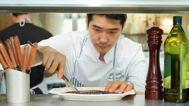<p><b>FORETREKKER NORSK MAKRELL</b>: Kokk og eier av restauranten Bondi 167 i Seoul, Sang-jun Park, i ferd med å tilberede norsk makrell til gjestene på restauranten.</p>