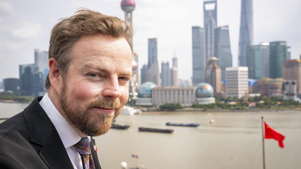 <p><b>PÅ HANDELSAVTALE-JAKT</b>: Næringsminister Torbjørn Røe Isaksen var i Kina i oktober, hvor han ledsaget kongeparet på statsbesøk. Der ble grunnmuren for en kommende handelsavtale også styrket. Her fra Shanghai, med utsikt over den berømte skylinen i Pudong.</p>
