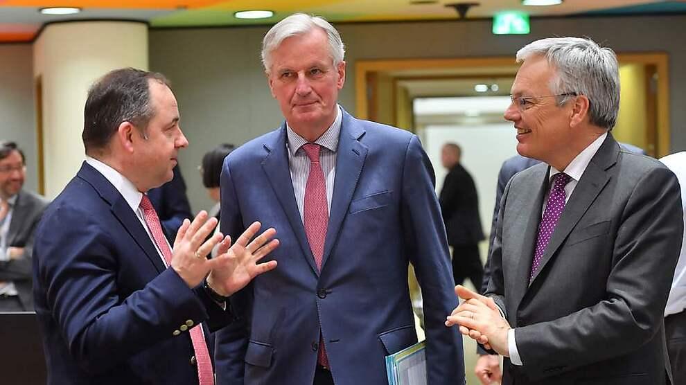 <p><b>HARD I KLYPA:</b> EUs sjefforhandler Michel Barnier (i midten), her sammen med Belgias utenriksminister Didier Reynders (til venstre) og Polens EU-mionister Konrad Szymanski.</p>