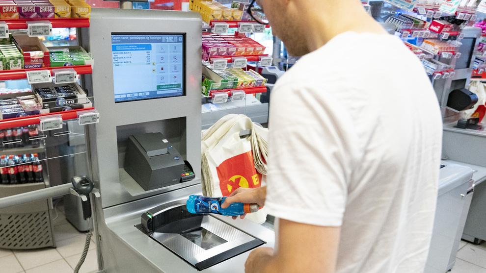 <p><b>ÅPNER FOR Å HOLDE ÅPENT:</b> Med selvbetjente kasser og automatiserte løsninger kan kunden ta seg av hele matinnkjøpet selv. Da faller et viktig argument mot søndagsåpne butikker bort, mener Bård Hoksrud i Frp.</p>